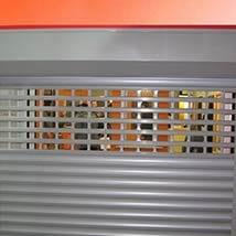 תמונה של תריס אור גלילה חשמלי לאחר תיקון. ארגז תריס סגור יפה שלבים משוכים מאלומיניום נמצאים במסילות [ולאחר בדיקה של טופס 4 ]