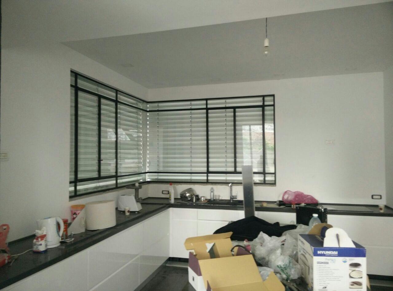 תמונה של יחידת תריס מתכוונן בכול זווית אפשרית לבית למשרד למטבח.בעזרת מנוע סומפי עם שלט או מפסק.