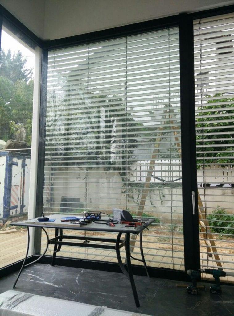 תמונה של תריס אקורדיון ונציאני חשמלי .היחידה נמצאת מחוץ לבית .מתכוננת. מגיעה בכול הצבעים .מותקן בה מנוע סומפי או קליל