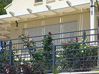 תמונה של בתים יפים ותריס גלילה מותקן בפתח הבית אלומיניום בלגי