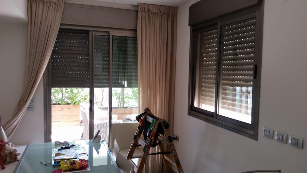תמונה של תריסים בסלון הבית שלבי אלומיניום משוכים תמונה של סולם ארגז כלים,לפני תחילת העבודה
