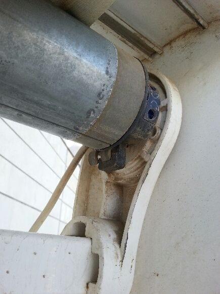 תמונה של מנוע וצינור. כך נראה מנוע חשמלי לסוכך בתוך צינור מקובע לתושבת מנוע סומפי או קליל,אולי פלמט