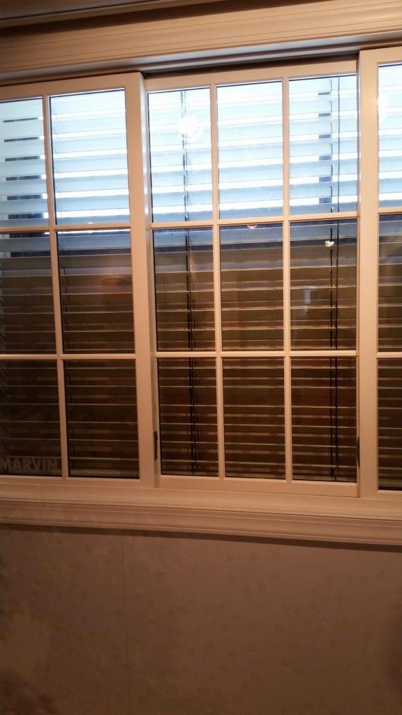 תמונה של חלונות תריסים שעומדים בפני תיקון.