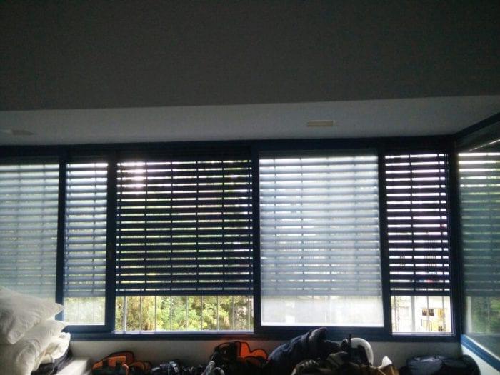 תמונה של תריס אור גלילה חשמלי בפתח סלון שדורש תיקון תריס חשמלי תקוע באמצע הדרך